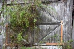 Ξύλινη πόρτα υπόστεγων Στοκ φωτογραφία με δικαίωμα ελεύθερης χρήσης
