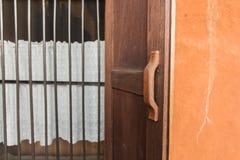 Ξύλινη πόρτα ύφους της Ταϊλάνδης Στοκ φωτογραφίες με δικαίωμα ελεύθερης χρήσης