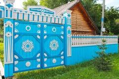 Ξύλινη πύλη με τη διακόσμηση Στοκ φωτογραφία με δικαίωμα ελεύθερης χρήσης
