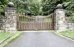Ξύλινη πύλη σε ένα πάρκο στοκ φωτογραφία με δικαίωμα ελεύθερης χρήσης