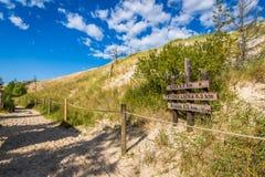 Ξύλινη πύλη σημαδιών ιχνών τουριστών αμμόλοφων άμμου σε Wydma Lacka - Slowi Στοκ Εικόνα
