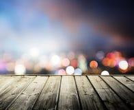 Ξύλινη πλατφόρμα και φω'τα της νύχτας στοκ εικόνες