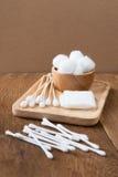 Ξύλινη ραβδί οφθαλμών βαμβακιού ή πατσαβούρα βαμβακιού Στοκ φωτογραφία με δικαίωμα ελεύθερης χρήσης
