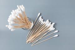 Ξύλινη ραβδί οφθαλμών βαμβακιού ή πατσαβούρα βαμβακιού Στοκ Εικόνα