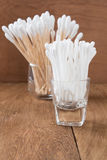 Ξύλινη ραβδί οφθαλμών βαμβακιού ή πατσαβούρα βαμβακιού Στοκ εικόνες με δικαίωμα ελεύθερης χρήσης