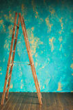 Ξύλινη σκάλα στον τοίχο υποβάθρου στοκ εικόνα
