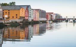 Ξύλινη στάση σπιτιών διαβίωσης σε μια σειρά Στοκ φωτογραφία με δικαίωμα ελεύθερης χρήσης