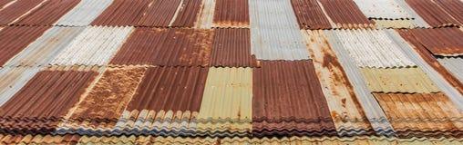 Ξύλινη στέγη κασσίτερου σπιτιών στοκ εικόνα