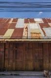 Ξύλινη στέγη κασσίτερου σπιτιών στοκ φωτογραφία