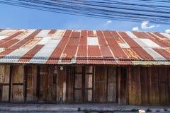 Ξύλινη στέγη κασσίτερου σπιτιών στοκ εικόνες