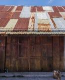Ξύλινη στέγη κασσίτερου σπιτιών στοκ φωτογραφίες