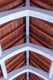 Ξύλινη στέγη σανίδων με πέτρινο Arhces Στοκ Φωτογραφία