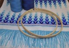 Ξύλινη στεφάνη για την κεντητική σε έναν πίνακα με ένα νήμα Στοκ Εικόνες