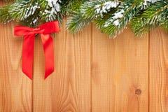 Ξύλινη σύσταση με firtree χιονιού τα Χριστούγεννα Στοκ Εικόνες