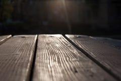 Ξύλινη σύσταση πατωμάτων Ξύλινες σανίδες σε ένα υπόβαθρο του φωτός του ήλιου Στοκ εικόνα με δικαίωμα ελεύθερης χρήσης