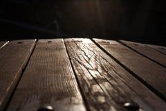 Ξύλινη σύσταση πατωμάτων Ξύλινες σανίδες σε ένα υπόβαθρο του φωτός του ήλιου Στοκ Εικόνες