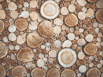 Ξύλινη σύσταση υπό μορφή στρογγυλών κούτσουρων Στοκ εικόνα με δικαίωμα ελεύθερης χρήσης
