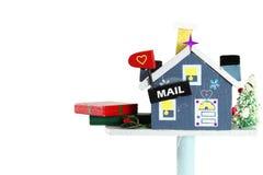 Ξύλινη ταχυδρομική θυρίδα σπιτιών τεχνών με το κιβώτιο δώρων των διακοπών Στοκ Φωτογραφία