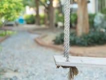 Ξύλινη ταλάντευση στον κήπο στοκ φωτογραφίες με δικαίωμα ελεύθερης χρήσης