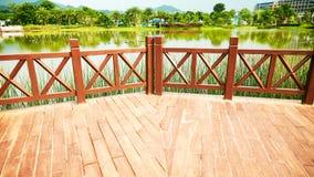 Ξύλινη υπαίθρια ξύλινη γέφυρα patio Στοκ Φωτογραφίες