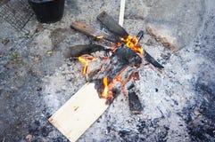 Ξύλινη φωτιά που κρατά θερμή το χειμώνα Στοκ Εικόνες