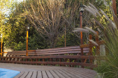 Ξύλινοι γέφυρα και πάγκος από τη λίμνη Στοκ εικόνες με δικαίωμα ελεύθερης χρήσης