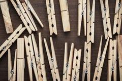 Ξύλινοι γόμφοι ενδυμάτων στον πίνακα Στοκ εικόνα με δικαίωμα ελεύθερης χρήσης