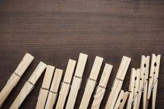 Ξύλινοι γόμφοι ενδυμάτων στον πίνακα Στοκ φωτογραφία με δικαίωμα ελεύθερης χρήσης