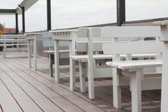 Ξύλινοι κάθισμα και πίνακας Στοκ φωτογραφία με δικαίωμα ελεύθερης χρήσης