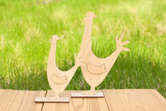 Ξύλινοι κόκκορας και κοτόπουλο στο πράσινο υπόβαθρο άνοιξη Στοκ Εικόνες