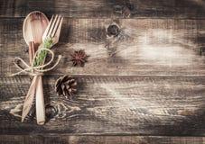 Ξύλινοι μαχαιροπήρουνα και έλατο-κώνος υποβάθρου Στοκ φωτογραφία με δικαίωμα ελεύθερης χρήσης