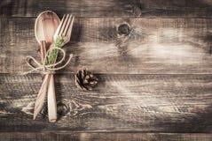 Ξύλινοι μαχαιροπήρουνα και έλατο-κώνος υποβάθρου Στοκ Φωτογραφία