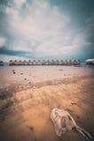 Ξύλινοι νερό και ουρανός εξοχικών σπιτιών στον τρύγο δεξαμενών Στοκ Φωτογραφία
