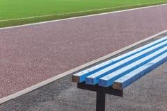 Ξύλινοι πάγκοι για τους ανεμιστήρες στο αγωνιστικό χώρο ποδοσφαίρου ποδοσφαίρου Στοκ Φωτογραφίες