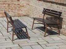Ξύλινοι πάγκοι σε ένα τετράγωνο Στοκ φωτογραφία με δικαίωμα ελεύθερης χρήσης