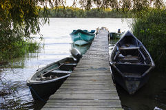 Ξύλινοι πάκτωνας και βάρκες Στοκ φωτογραφία με δικαίωμα ελεύθερης χρήσης