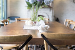 ξύλινοι πίνακας και καρέκλα στη τραπεζαρία εκτός από το παράθυρο designed home interior living retro room style Στοκ φωτογραφίες με δικαίωμα ελεύθερης χρήσης
