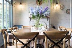ξύλινοι πίνακας και καρέκλα στη τραπεζαρία εκτός από το παράθυρο designed home interior living retro room style Στοκ Εικόνα