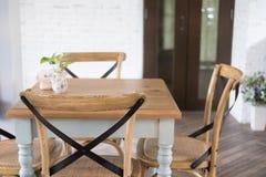 ξύλινοι πίνακας και καρέκλα στη τραπεζαρία designed home interior living retro room style Στοκ Εικόνες