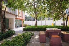 Ξύλινοι πίνακας και καρέκλα στον κήπο Στοκ Φωτογραφίες