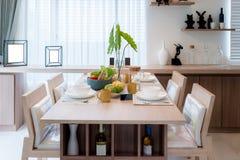 Ξύλινοι πίνακας και καρέκλα στο σύγχρονο dinning δωμάτιο στο σπίτι εσωτερικός Στοκ φωτογραφία με δικαίωμα ελεύθερης χρήσης