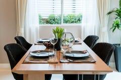 Ξύλινοι πίνακας και καρέκλα στο σύγχρονο dinning δωμάτιο στο σπίτι εσωτερικός Στοκ εικόνα με δικαίωμα ελεύθερης χρήσης