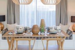 Ξύλινοι πίνακας και καρέκλα στο σύγχρονο dinning δωμάτιο Στοκ Εικόνες