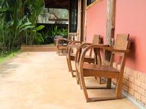 Ξύλινοι πίνακας και καρέκλα στοκ φωτογραφία με δικαίωμα ελεύθερης χρήσης