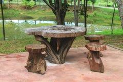 Ξύλινοι πίνακας και καρέκλες στον κήπο Στοκ Φωτογραφία