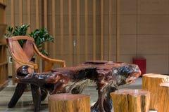 Ξύλινοι πίνακας και καρέκλες τσαγιού Στοκ Φωτογραφίες