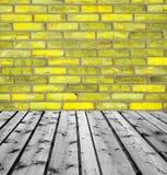 Ξύλινοι πίνακες και κίτρινος τουβλότοιχος Στοκ εικόνα με δικαίωμα ελεύθερης χρήσης