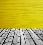 Ξύλινοι πίνακες και κίτρινο ξύλο Στοκ εικόνες με δικαίωμα ελεύθερης χρήσης