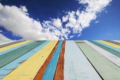 Ξύλινοι πίνακες με το μπλε ουρανό στοκ φωτογραφία