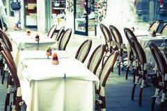 Ξύλινοι πίνακες στη στενή οδό μεταξύ των χαρακτηριστικών ζωηρόχρωμων σπιτιών και Στοκ φωτογραφία με δικαίωμα ελεύθερης χρήσης